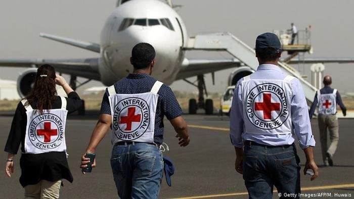 الصليب الأحمر باليمن: مقتل أحد أفراد طواقمنا وإصابة آخر وفقدان 3 آخرين