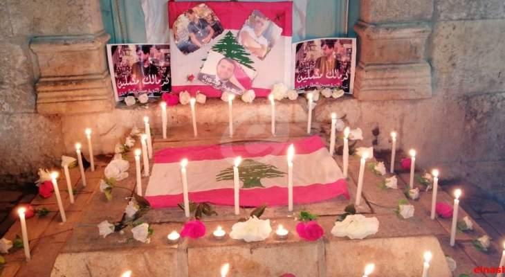 النشرة: وضع صورة لعلاء ابو فخر بساحة المطران ببعلبك وإضاءة شموع تضامنا مع اهله