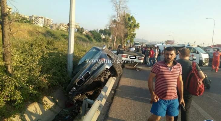 5 جرحى نتيجة تصادم بين سيارتين وانقلاب احداها على اوتوستراد السعديات