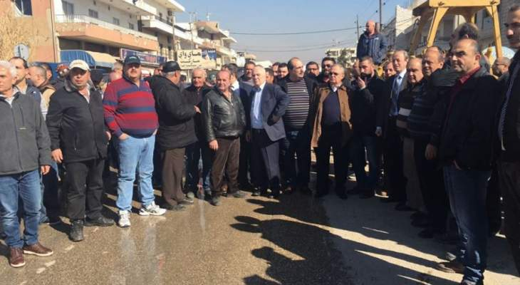 فض التظاهرة على أوتوستراد الفرزل والمحتجون يعتدون على عناصر الدفاع المدني