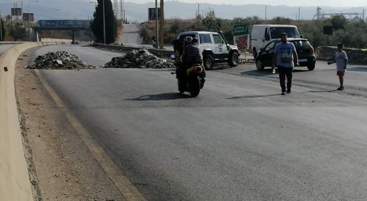 قطع طريق خان بزيزا عند مفرق داربعشتار وأوتوستراد أنفة وطريق الحلانية وطريق ساحل وجرد القيطع