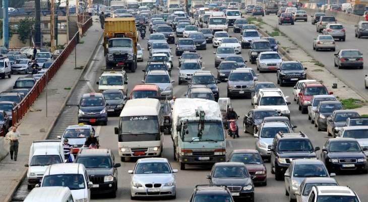 ازدحام مروري خانق على المسلك الشرقي لأوتوستراد العقيبة كسروان بسبب إنقلاب حمولة شاحنة
