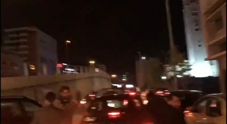النشرة: انطلاق مسيرة بالسيارات من الرينغ ستجوب بيروت ومنازل السياسيين فيها