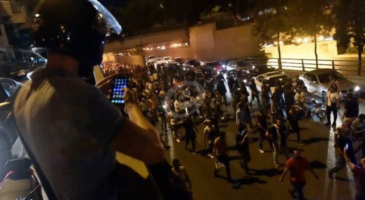 القوى الامنية تخلي ساحة رياض الصلح ومحيطه وانتقال المتظاهرين إلى ساحة الشهداء