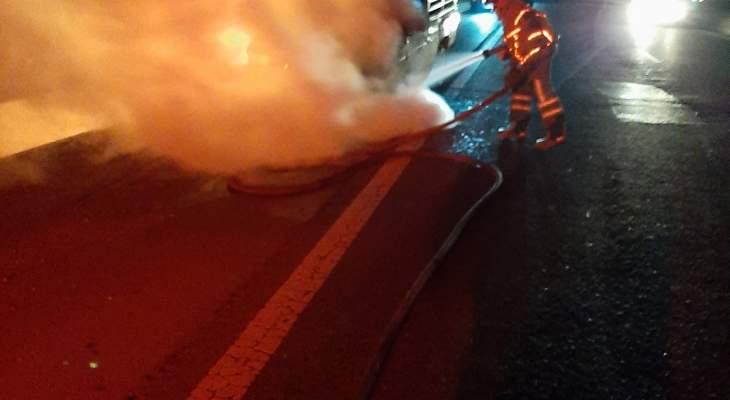 حريق داخل سيارة رباعية الدفع على اوتوستراد المنصف