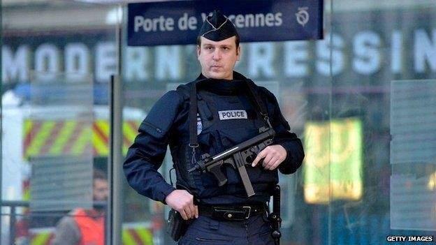 رويترز: رجل يهاجم عناصر أمن بسكين في مركز للشرطة الفرنسية بباريس
