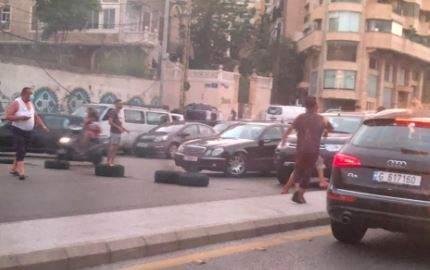 محتجون يقطعون الطريق عند جسر الرينغ في بيروت