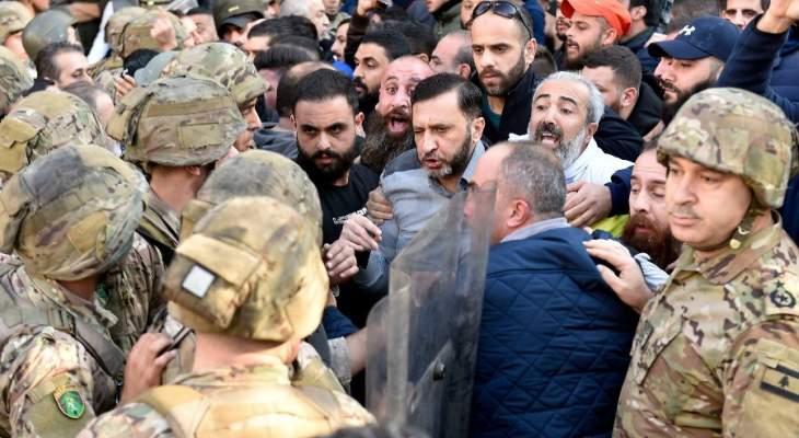 الجيش فتح الطريق على أوتوستراد جونية وأوقف عددا من المحتجين