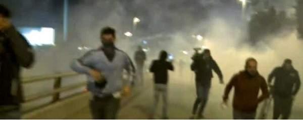 القوى الامنية تستخدم خراطيم المياه لتفريق المحتجين الذين يعتدون على عناصرها بالصيفي