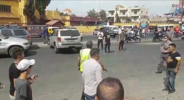 النشرة: عنصر من مفرزة سير بعلبك يسحب مسدسه على المتظاهرين عند مدخل بعلبك