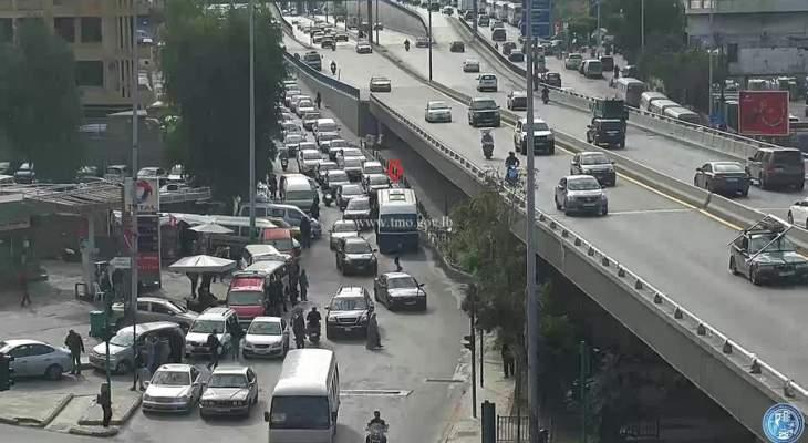 تعطل حافلة لنقل الركاب على مستديرة الكولا وحركة المرور كثيفة في المحلة