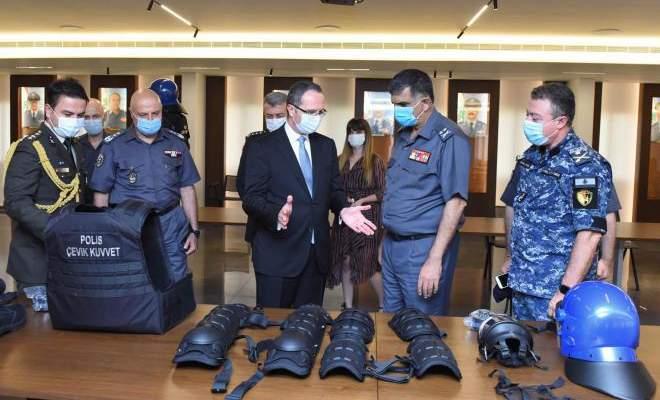 قوى الأمن الداخلي تسلّمت كميّات من العتاد المخصّص لمكافحة الشغب كهبة من السفارة التركيّة