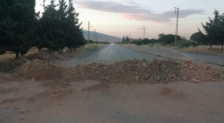 النشرة: الجيش أعاد فتح طريق مقنة في البقاع بعد اشتباكات عنيفة مع قاطيعها