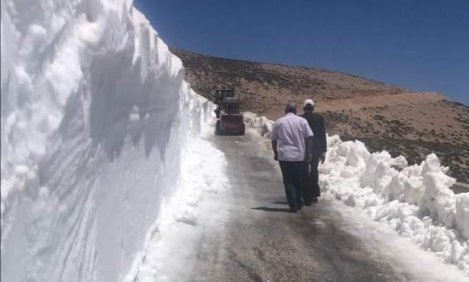 وزارة الأشغال باشرت جرف الثلوج لفتح طريق عيناتا الأرز لليوم الثاني