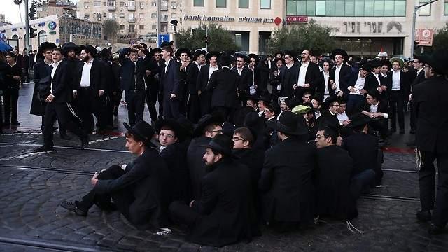 """عشرات الإصابات بصفوف الإسرائيليين بانهيار مدرج بكنيس يهودي بمستوطنة """"جفعات زئيف"""" بالقدس"""