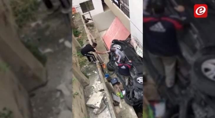 سقوط سيارة من مرتفع في صيدا وانقاذ العائلة من داخلها