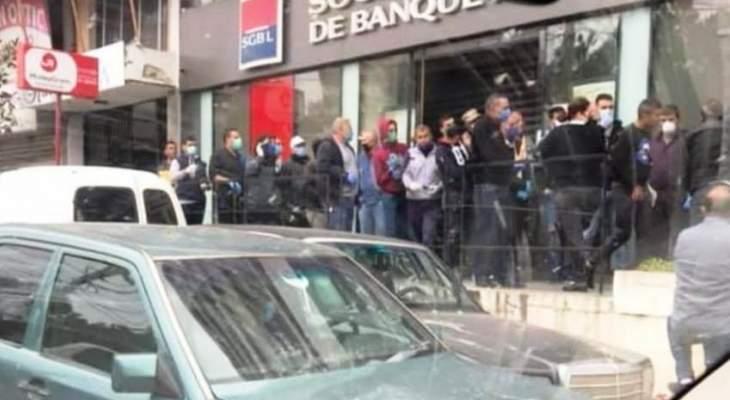 النشرة: ازدحام مواطنين أمام الصرافات الآلية في النبطية لسحب إيداعاتهم