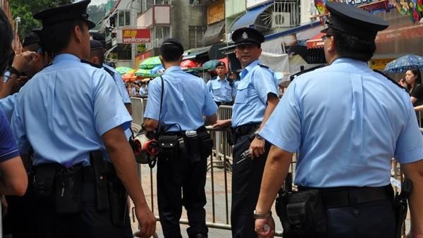 شرطة هونغ كونغ تعتقل 5 من مسؤولي صحيفة مؤيدة للديمقراطية