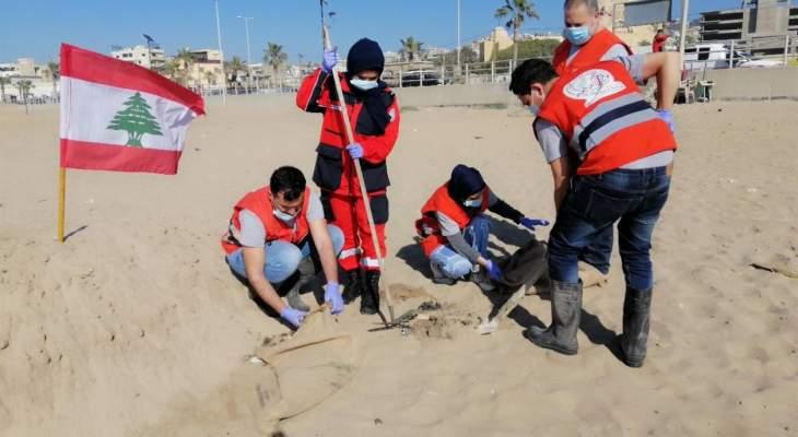 النشرة: بلدية صيدا باشرت إزالة كتل القطران الأسود من الشاطىء