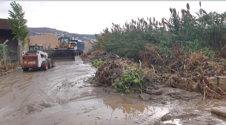 قطع طرقات في حلبا ودخول المياه الى المنازل بسبب الامطار