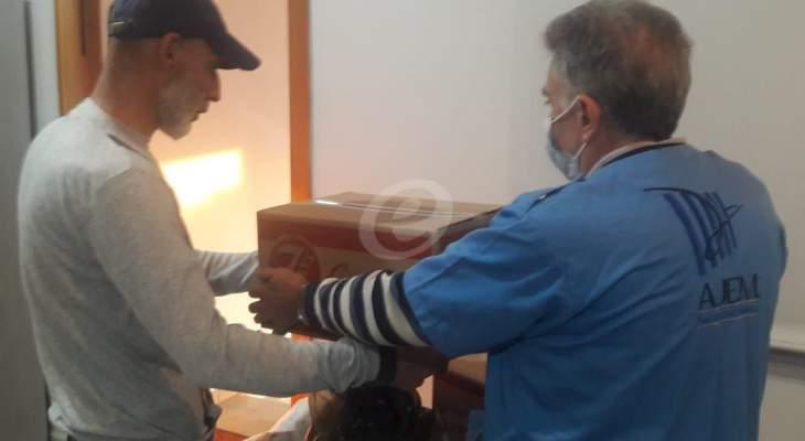 """جمعية """"عدل ورحمة"""" وزعت قسائم مواد غذائية وأدوية تنظيف على بعض عائلات السجناء"""