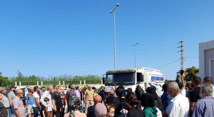 وصول أول صهريج مازوت إيراني إلى منطقة الشمال لتفريغه في بلدة المنية