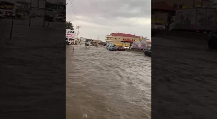 تجمع المياه على الطرقات نتيجة هطول الأمطار الغزيرة