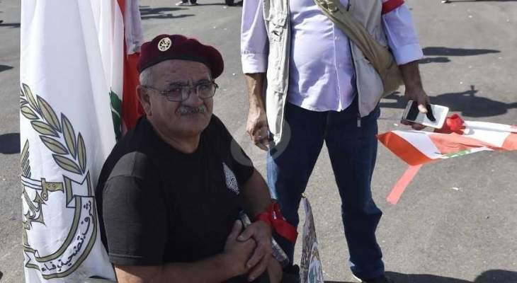 استمرار اعتصام حراك العسكريين المتقاعدين بساحة الشهداء واضراب 3 منهم عن الطعام