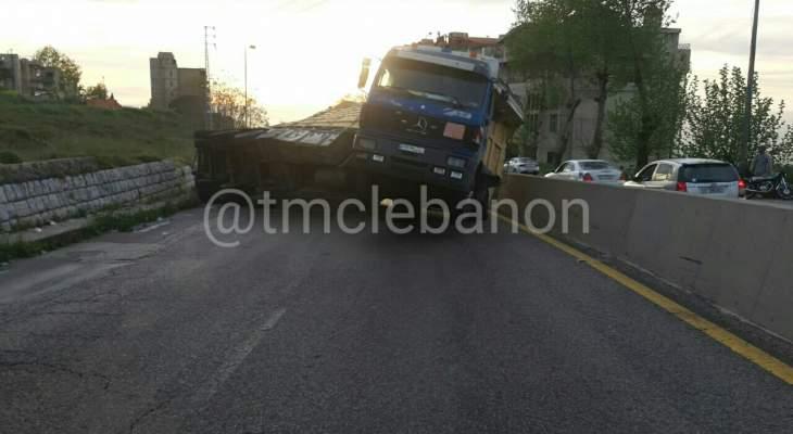 إنقلاب شاحنة على طريق عام عاليه بحمدون صعودا محلة ضهور العبادية