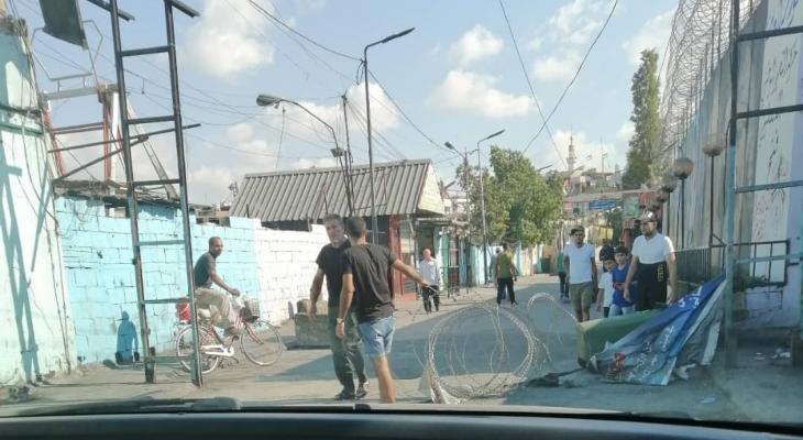 النشرة: شبان قطعوا الطريق الغربي لعين الحلوة لبعض الوقت احتجاجا على توقيف اثنين من عائلتهم