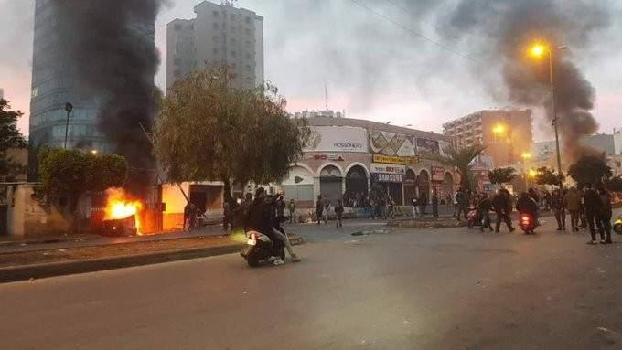 رشق سرايا طرابلس بالحجارة ومحاولة اقتحامها من قبل المحتجين