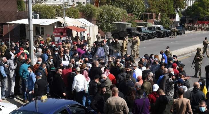 محتجون قطعوا الطريق أمام المحكمة العسكرية بمستوعبات النفايات