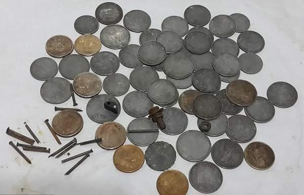 ضبط قطع نقدية ذهبية وفضية وأختام قديمة العهد مع سوري أثناء محاولته السفر إلى روسيا