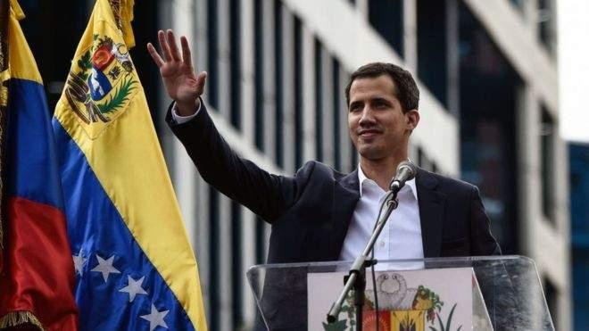 """غوايدو يعلن من قاعدة عسكرية في كراكاس تلقيه دعما من """"جنود شجعان"""" في الجيش الفنزويلي"""