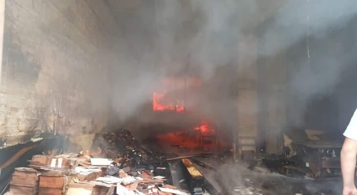 فوج اطفاء بيروت يعمل على إخماد حريق كبير شبّ داخل منشرة للأخشاب بخلدة