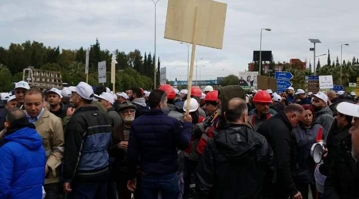 عمال يعتصمون في شكا احتجاجا على اغلاق المقالع والكسارات التي يعملون بها