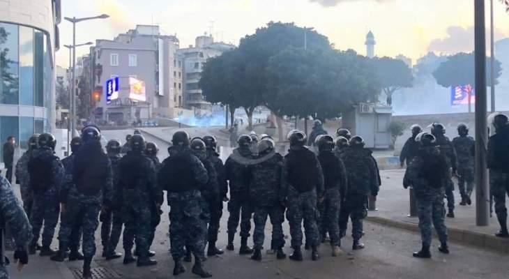 تدافع بين المتظاهرين والقوى الامنية على الرينغ لتمكن آليات عسكرية من المرور