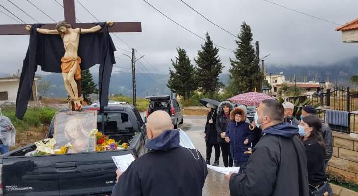 النشرة: وضع صليب على سيارة مكشوفة وإقامة مسيرة سيارة في بلدة القليعة