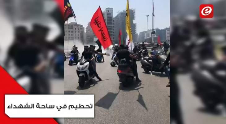 شبان يحطمون مسرح وتجهيزات صوتية مخصصة لمجموعات ثورة ١٧ تشرين في ساحة الشهداء