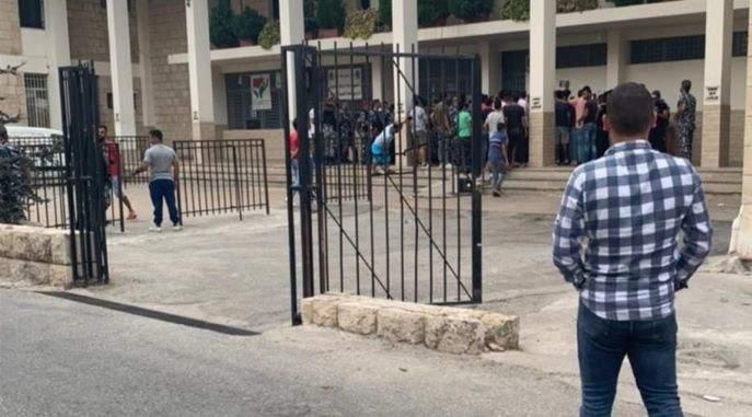 وقفة لمحتجين أمام سراي حلبا الحكومي ومحطة التحويل والتغذية الكهربائية في البلدة