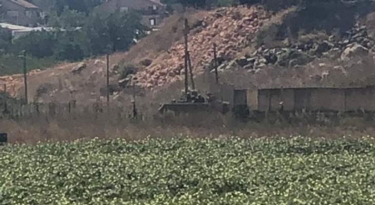 النشرة: الجيش الاسرائيلي استأنف تركيب مكعبات اسمنتية عند الطريق العسكري داخل الغجر