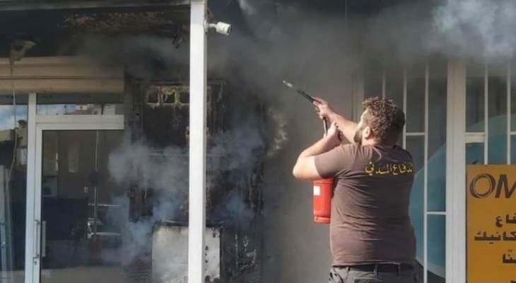 حريق على مدخل مبنى تجاري في سوق جبيل