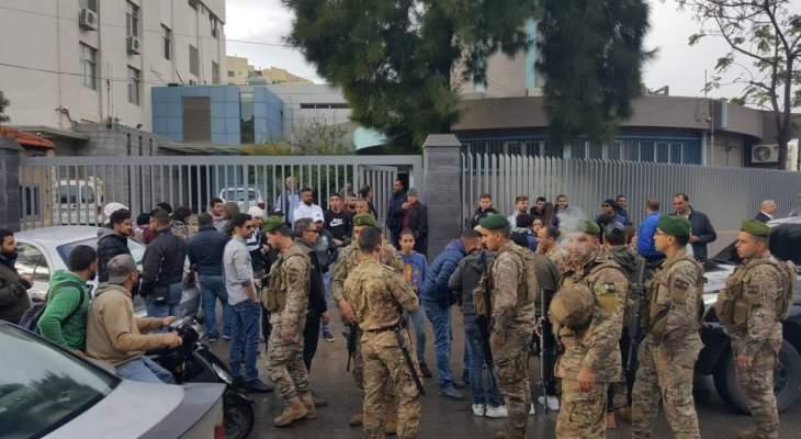 محتجون بطرابلس أقفلوا مداخل شركة كهرباء قاديشا وسنترال الميناء وطالبوا الموظفين بالخروج