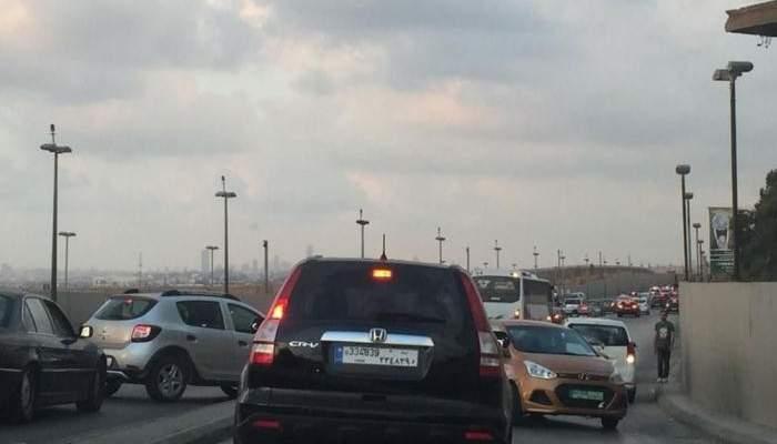 حركة مرور كثيفة على اوتوستراد خلدة بالاتجاهين بسبب عجل شارد في المحلة