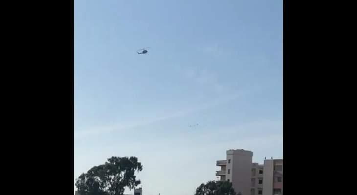 مروحية للجيش اللبناني تحلق فوق طرابلس وتحذر الاهالي من التجمع