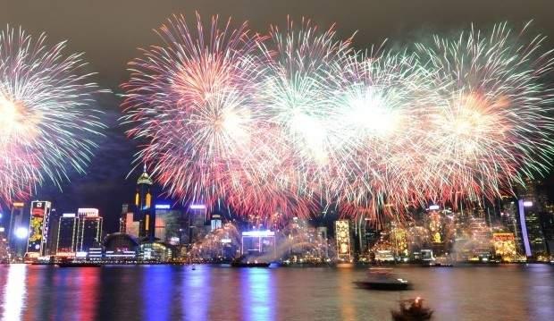هونغ كونغ تستقبل العام الجديد بالالعاب النارية وتلغي الاحتفالات في ميناء فيكتوريا