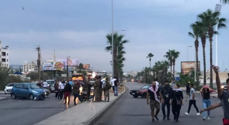 النشرة: محتجون اقفلوا طريق صيدا الرئيسي وطرقات فرعية