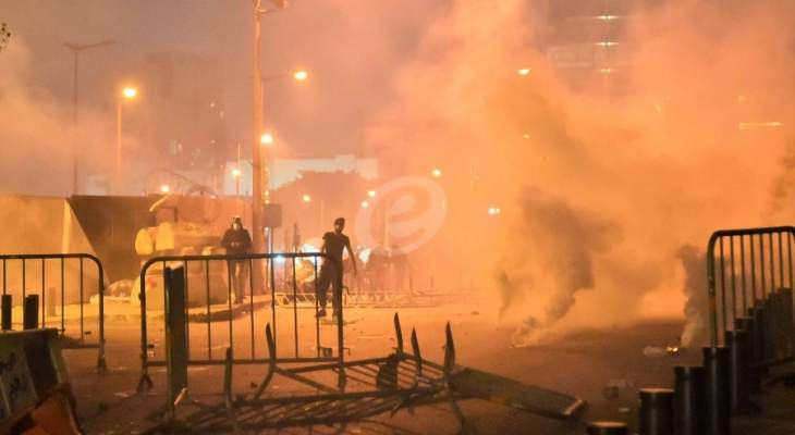 القوى الامنية تواصل رش المياه على المتظاهرين لتفريقهم في وسط بيروت