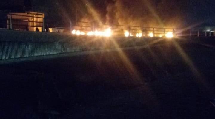 قطع طريق جسر الرينغ بالاطارات المشتعلة احتجاجاً على انقطاع التيار الكهربائي