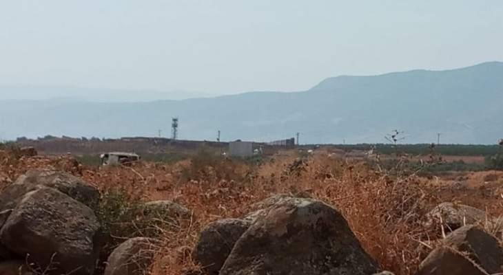 النشرة: الجيش الاسرائيلي استقدم ورشة لتركيب مكعبات اسمنتيه مقابل بلدة الوزاني